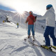 2 Skifahrer mit Sonne im Hintergrund