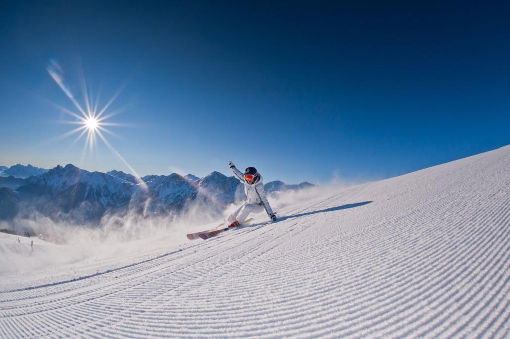 Skigebiet Kronplatz: sportliche Skifahrer und schöne Piste