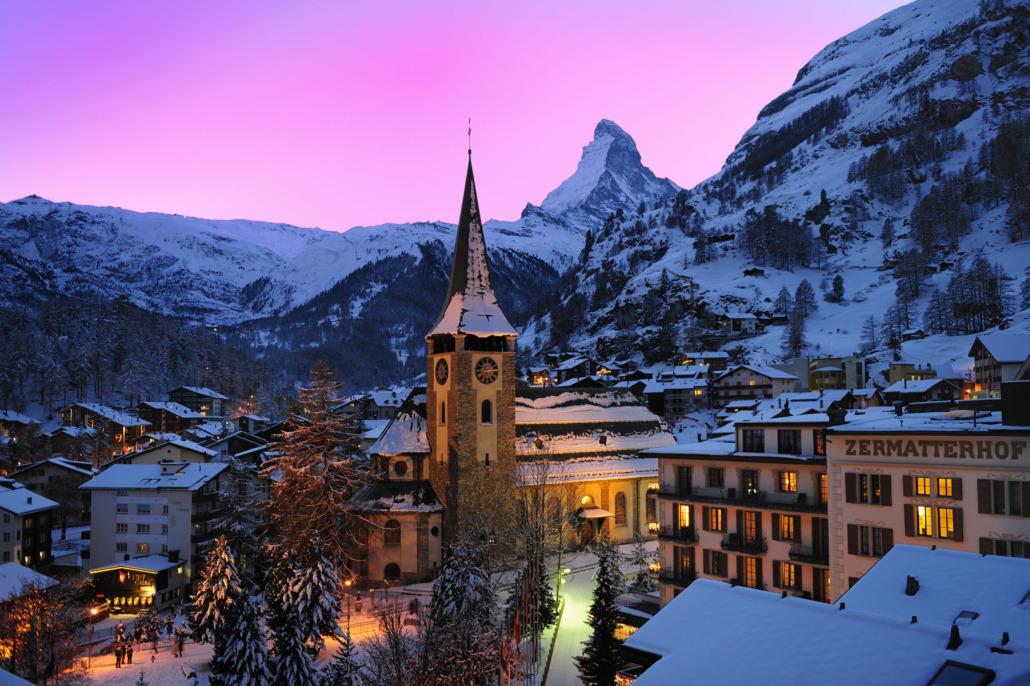 Das Dorf Zermatt am Abend in Farben getaucht
