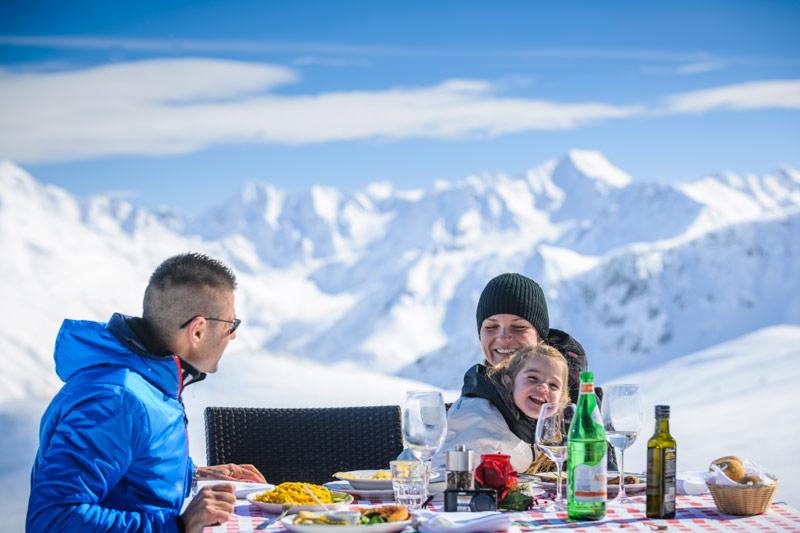 Livigno Familie beim Essen, schöne Bergkulisse