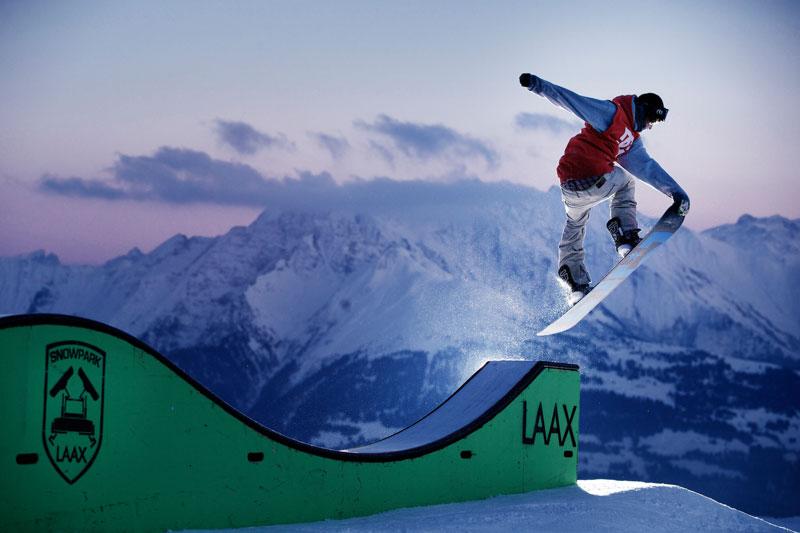 Laax Snowboarder Sprung über Schanze